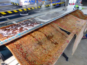 Πλύσιμο μεταξωτών χαλιών τύπου HARAKI αξίας 20000€ με τα υπερσύγχρονα μηχανήματα της εταιρίας μας.